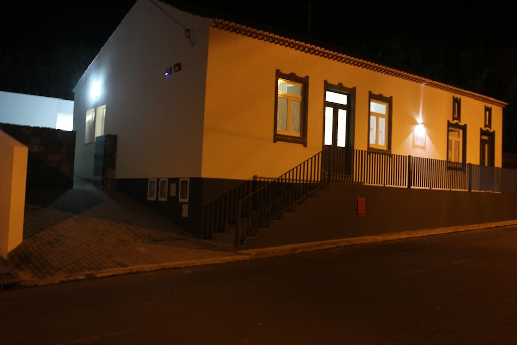 Fachada da casa à noite | Front of the house at night