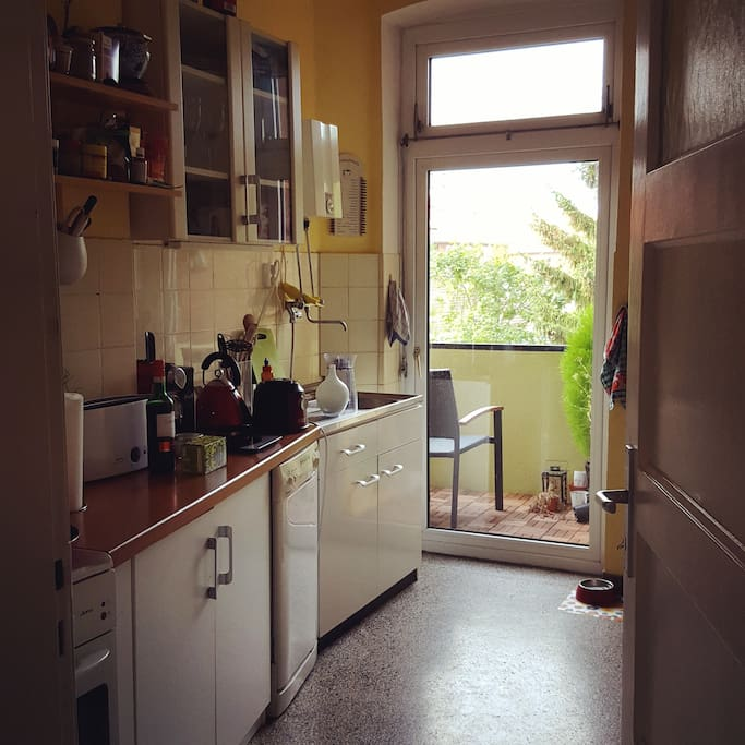 Küche mit Mikrowelle, Kühlschrank, Herd, Ofen, Spülmaschine, Wasserkocher