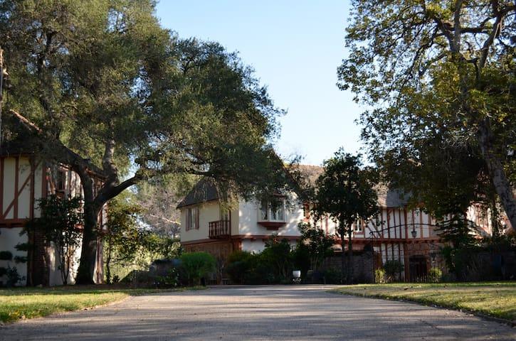 Haunted Vintage Estate Pasadena - La Cañada Flintridge - ที่พักพร้อมอาหารเช้า