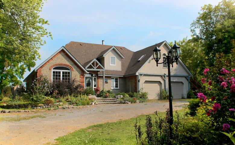 Quiet Retreat on Fish Lake II - Demorestville, Prince Edward County - Bed & Breakfast