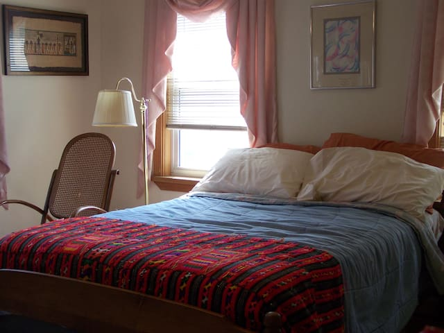 Spacious & Bright Room in Historic Salem - Salem