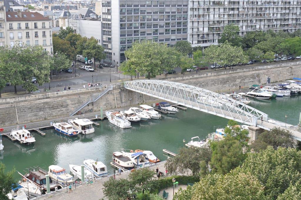 Vue du balcon sur le Bassin de l'Arsenal et la Tour Eiffel