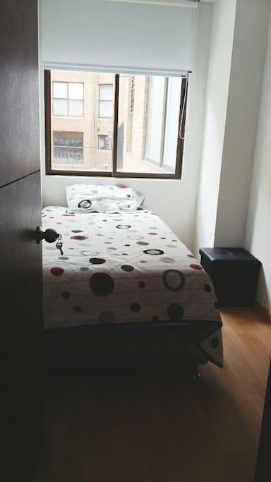 Cama sencilla con closet y baño privado fuera de la habiatscion