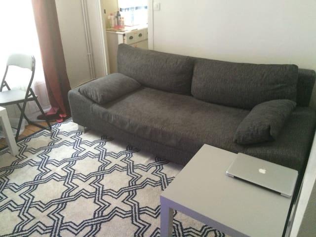 Séjour avec canapé 2 places