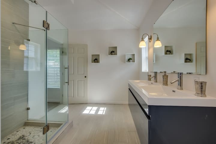 MASTER BATHROOM WITH PRIVATE ACCESS FROM MASTER BEDROOM
