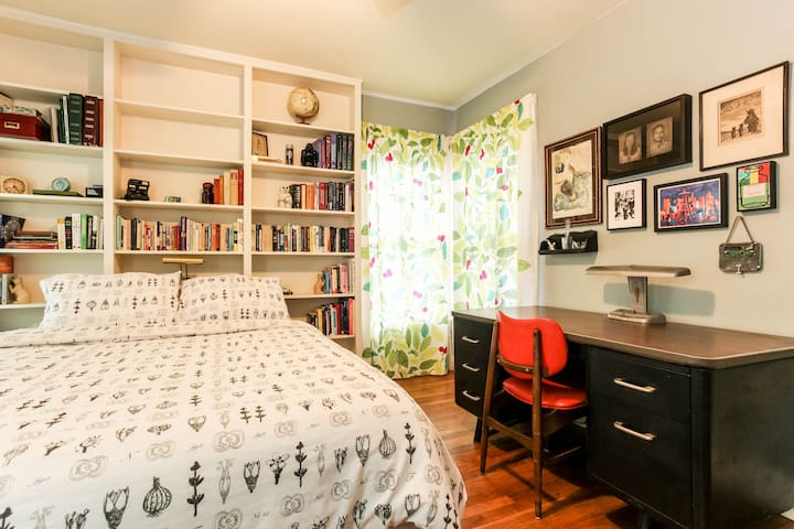 38 1/2 st-Private room (queen bed)