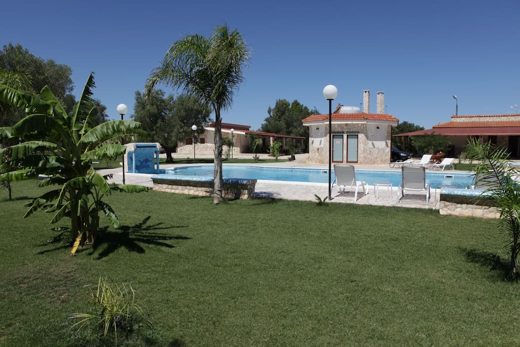 prato verde, sdraio, piscina, bagni piscina, alloggi