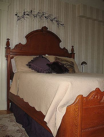 Editor's Room Victorian Queen Bed - Westborough - 家庭式旅館