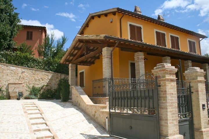 Antico casale tra Foligno e Assisi con piscina - foligno - Villa