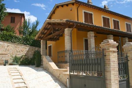 Antico casale tra Foligno e Assisi con piscina - foligno