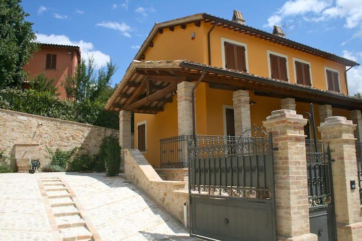 Antico casale tra Foligno e Assisi con piscina