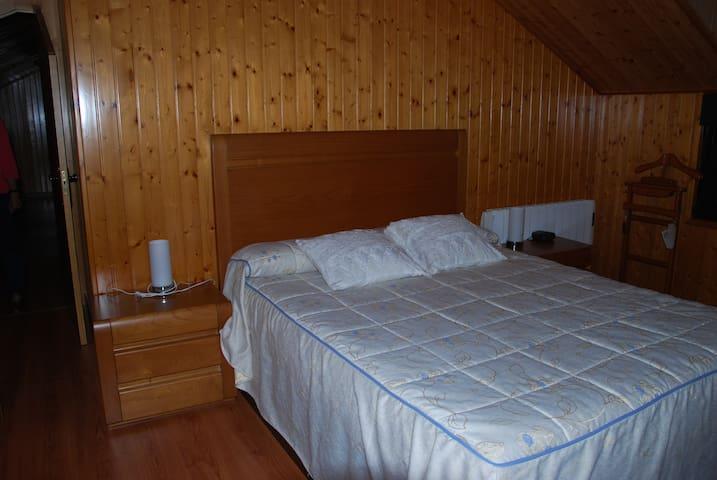 Amplia habitación de 18m2 con amplios ventanales y vistas al valle, con cama de 1,50 y cama nido o cuna