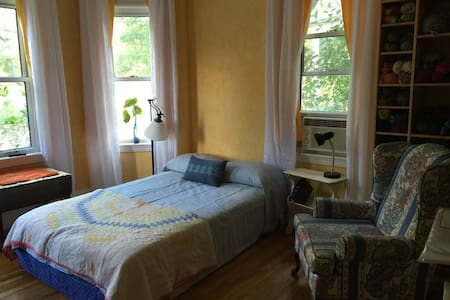 Sunny rm in Brookline/Boston w/parking - Brookline - Apartment