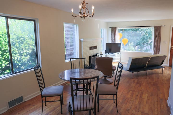 Central area home w/large backyard - Seattle - Rumah