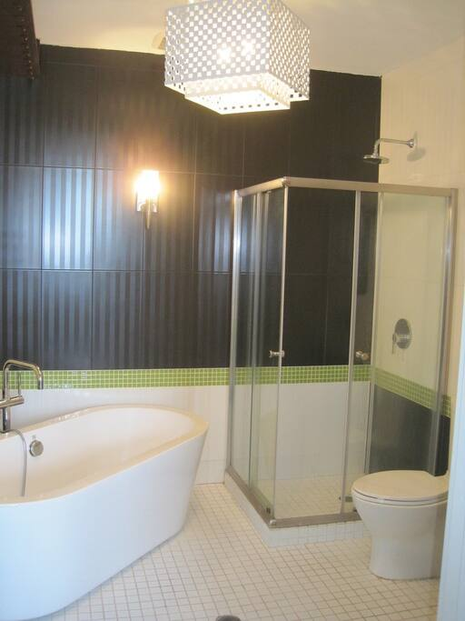 1 of the 2 restrooms has a shower and tub