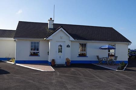 This three bedroom self catering is located in Carraroe in the south Connemara. Three bedrooms: 2 with two single beds et 1 with a double bed and one single bed.  Max 7 people.  Two bathrooms, kitchen/dining room and a living room. All utilities