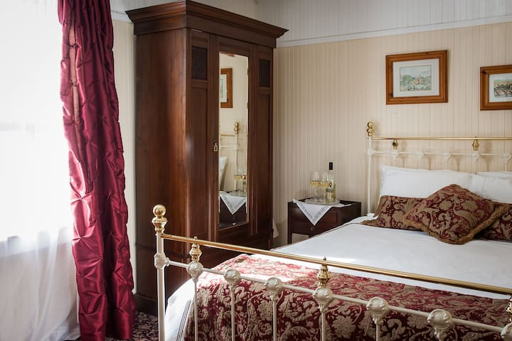 Superior Queen - St. Helena Room at Wine Way Inn