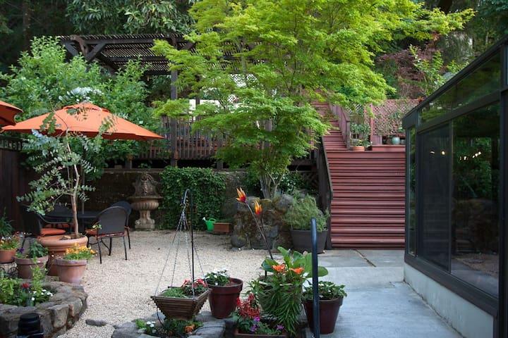 Garden Queen - Calistoga Room at Wine Way Inn