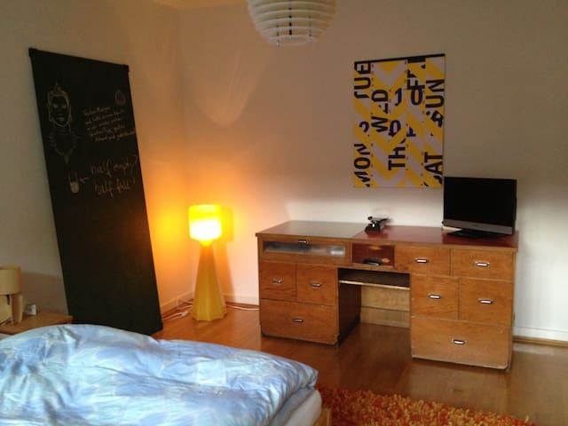 Nice, spacious, stylish room - Frankfurt - Bed & Breakfast