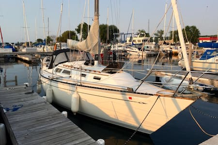 Cozy Sailboat in Downtown Marina - Bayfield - Bot