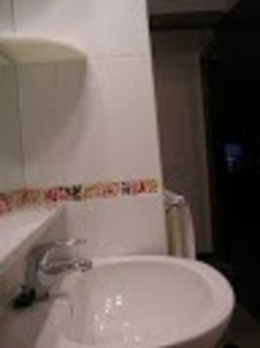 dos cuartos de baño para cinco habitaciones