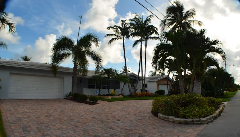 Bed & Bath in an upscale waterfront pool home - Fort Lauderdale - Dom