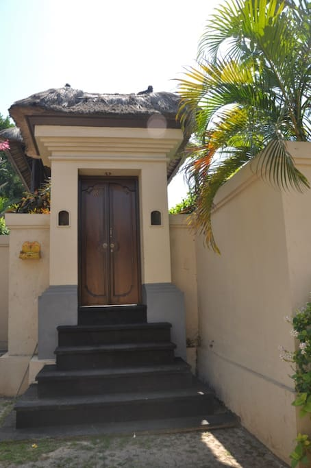 The entrance door to the villa is reminder of a tipic balinese temple entrance