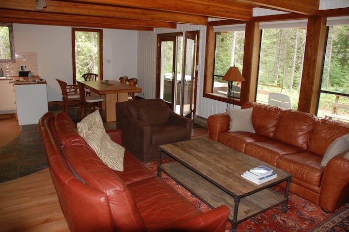 Private 1800sf cabin , hot tub, steps from a lake