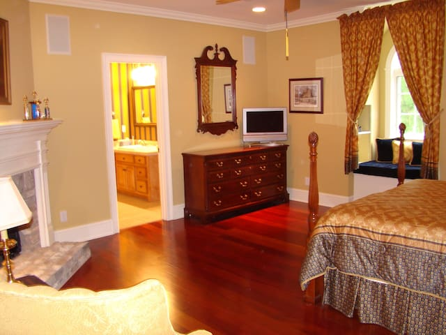 Queen Bed with private bath - Tupelo - House