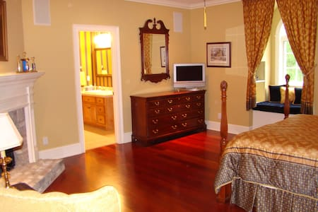 Queen Bed with private bath - Tupelo - Dom