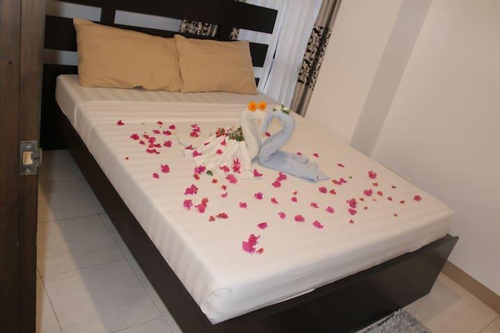 Schlafzimmer mit 32-Inch LED-TV