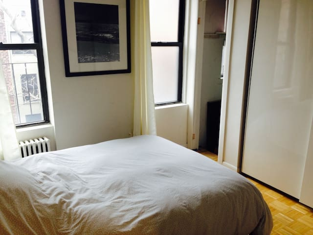 Sunny one-bedroom in UES with 2 amazing roomies - New York - Appartement