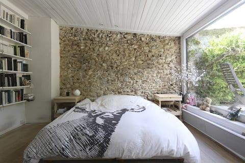 Grote slaapkamer met tuin