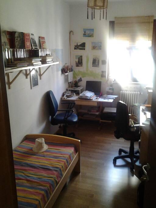 Camera da letto singola. Scrivania e libreria sono a disposizione dell'ospite