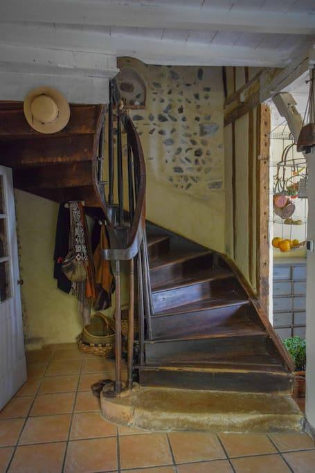 la chambre et la salle de bain , sont à l'étage .