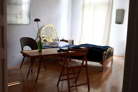 Sonniges Zimmer mit Balkon
