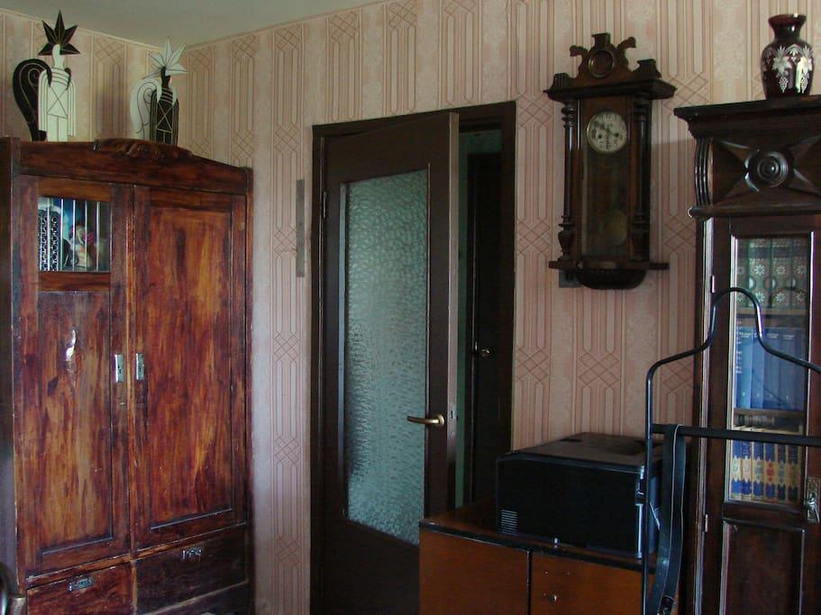 Много антикварной мебели.