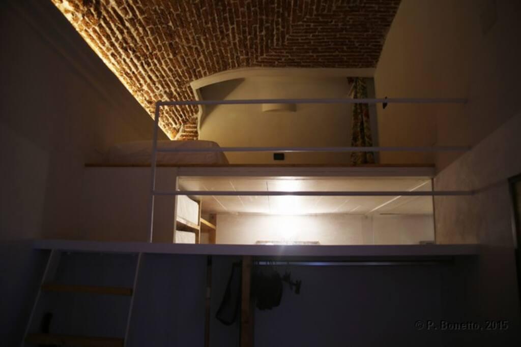 Una vista notturna del soppalco nella cameretta con il soffitto in pisanelle del 1200