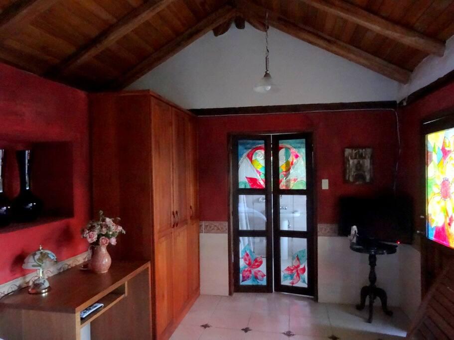 Amplia habitación con salida a la terraza y al jardín.