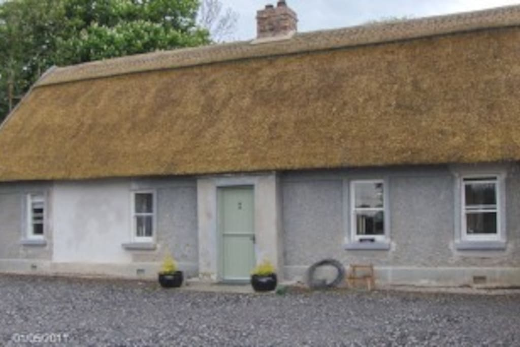 Recently refurbished thatched cottage with modern amenities & parking,