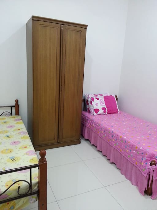 4th room with 2 single bed