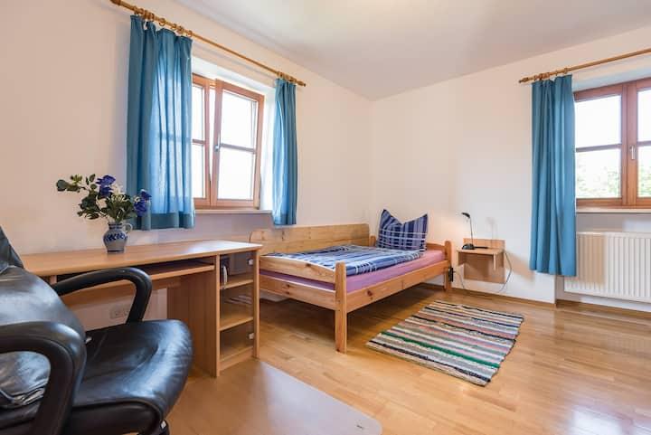 Zimmer 2 mit Gemeinschaftsküche/Bad