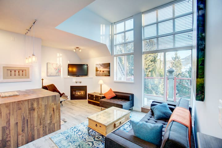 1 Bdrm Modern Village Penthouse - FREE PARKING - Whistler - Departamento