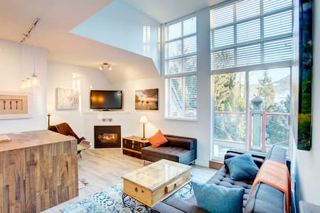 1 Bedroom Modern Village Penthouse - FREE PARKING - Whistler - Lejlighed