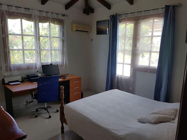 chambre 2 équipée d'un bureau,ordinateur, imprimante