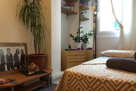 Single Room/18 minutes from beach.