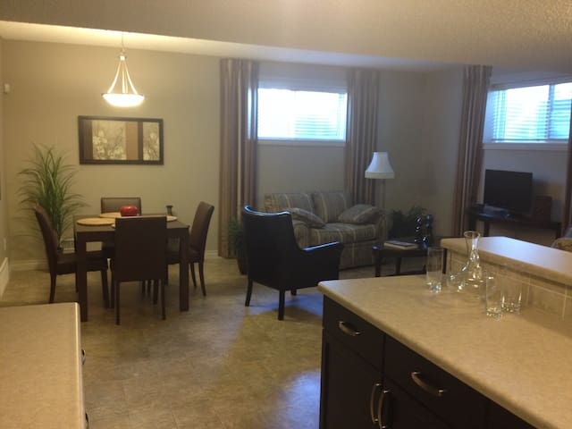 Private Suite Near Base - Edmonton - Ev