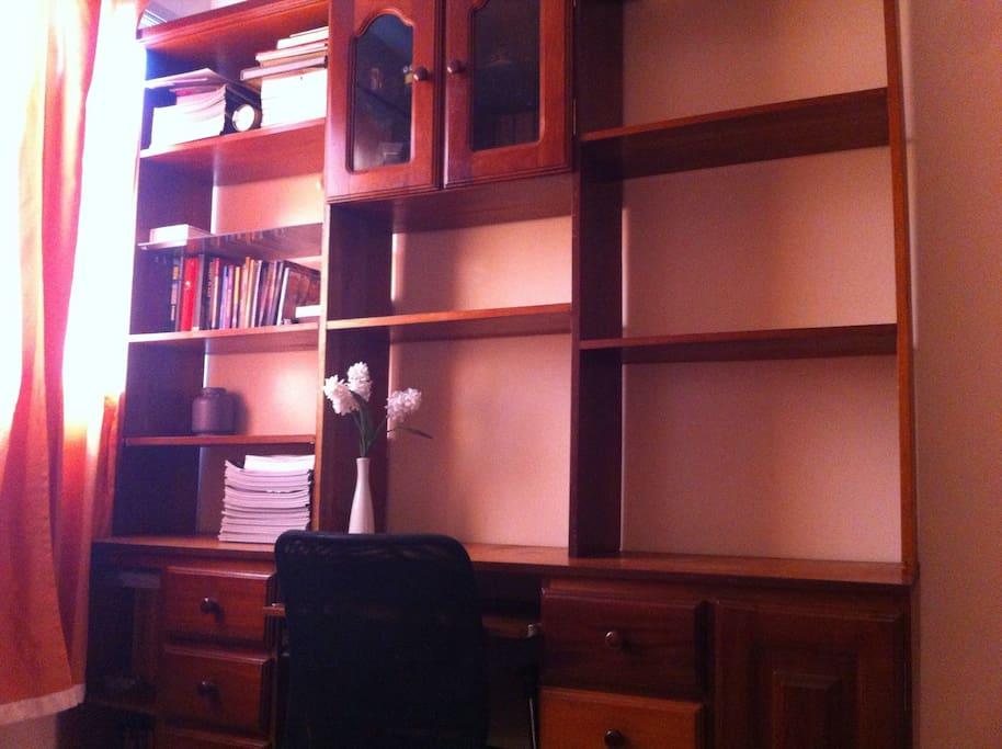 With desk and shelf space / Com escrivaninha e estantes