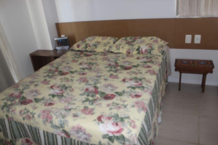 Primeira suíte com cama de casal
