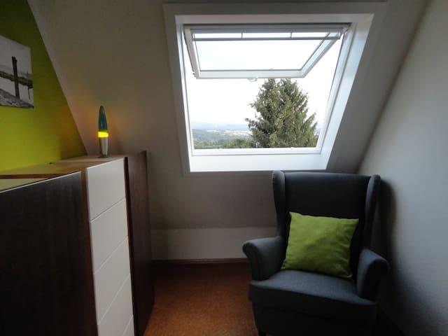 Kleines Zimmer in 2er-WG - Schlaitdorf - Talo